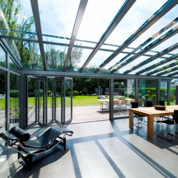 Modern homlokzatok mozgatható üvegtáblákkal