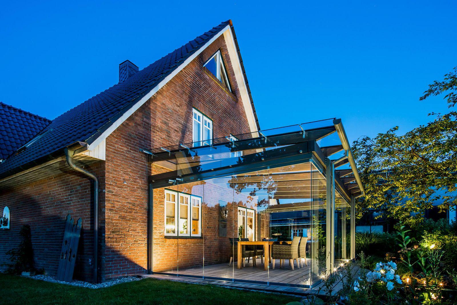 Teraszfedés: Solarlux Aura fa gerendás üvegtető és SL25 lapozható oldalfal